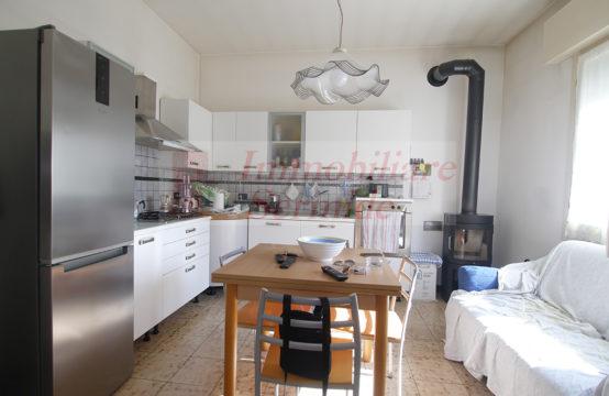 Casa Bifamiliare con Ampio Giardino e Piscina